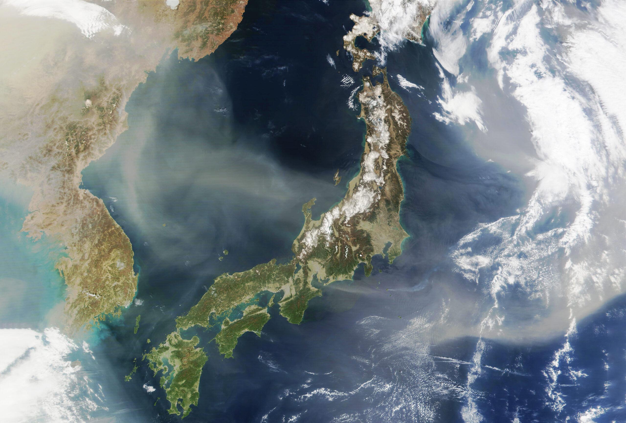 Япония из космоса с облаками и циклонами