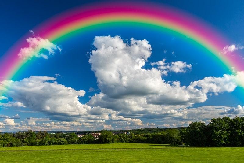 яркая радуга в небе